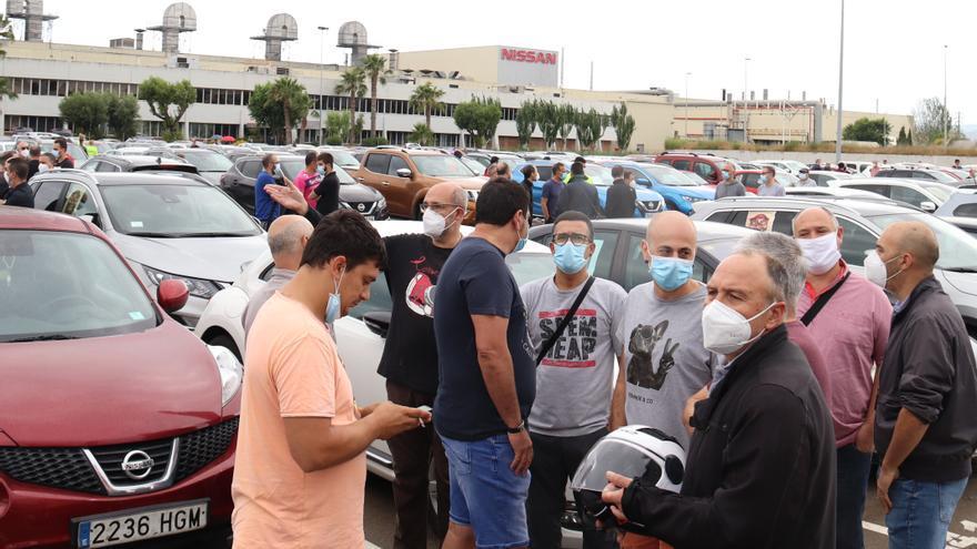 Trabajadores de Nissan en el parking de la planta de pintura esperando salir en marcha lenta