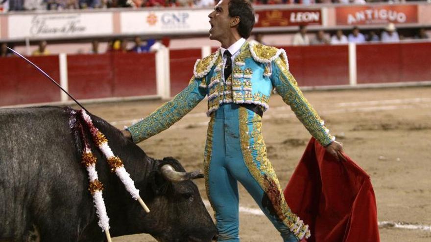 Arturo Macías, dos orejas y a hombros en la Plaza México