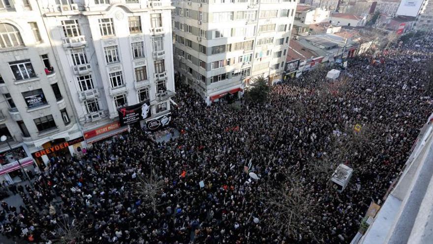 Miles de personas se manifiestan contra el Gobierno turco en Estambul