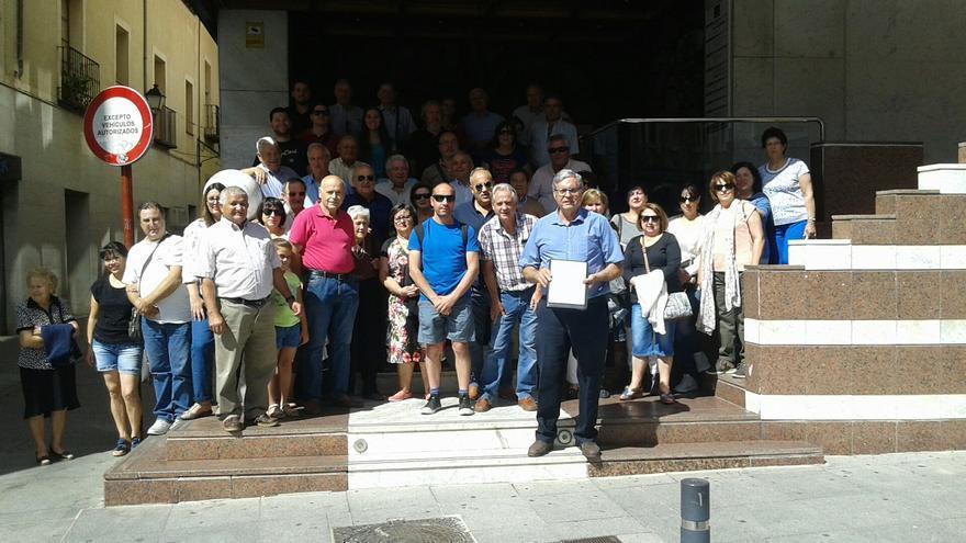 Vecinos de Cincovillas, ante la Delegación de la Junta en Guadalajara
