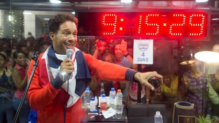 El dominicano Silver establece el récord Guinnes de mayor tiempo cantando