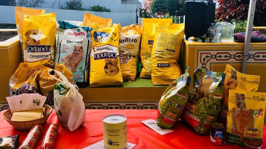 Alimentos recogidos en Fuencaliente para los animales abandonados.