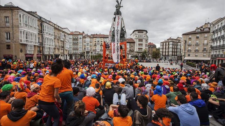 Detenidos los tres jóvenes de Segi tras disolverse el muro popular de Vitoria
