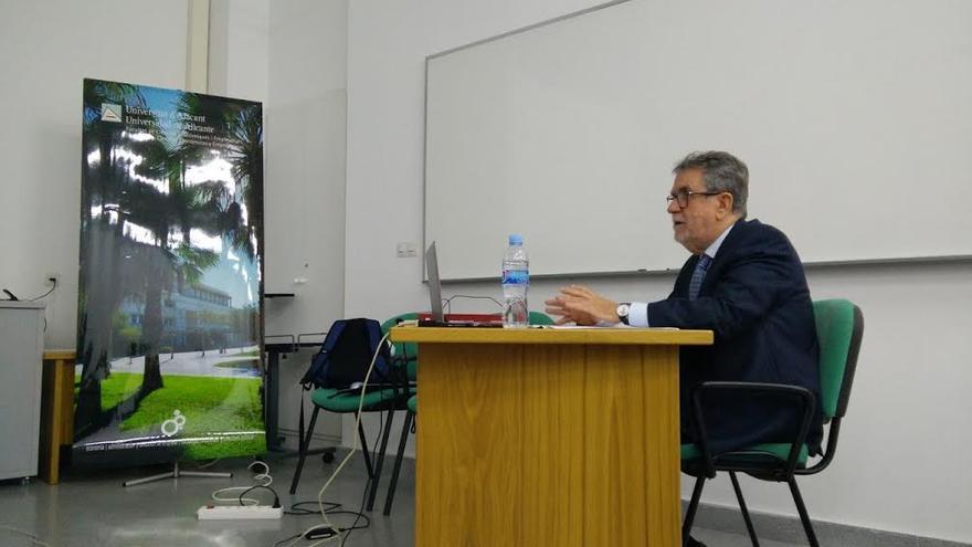 El profesor palmero Francisco Javier Martín Pérez durante la exposiciòn de su tesis doctoral.