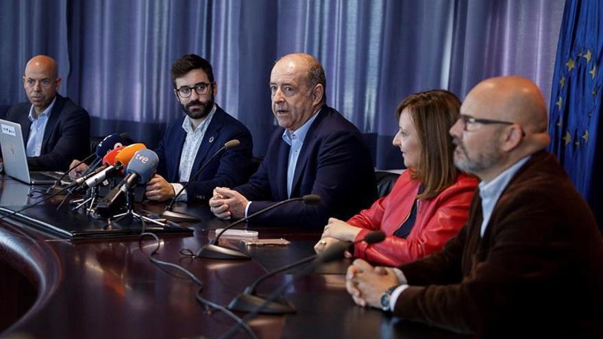El consejero de Economía del Gobierno de Canarias, Pedro Ortega (c), durante la presentación de la convocatoria de la subasta de subvenciones para la instalación de energía eólica en Canarias. EFE/Ramón de la Rocha