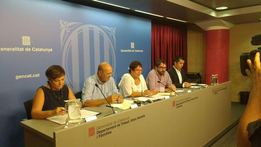 La consellera Bassa, con los líderes de CCOO y UGT y representantes del municipalismo en Catalunya  FOTO: Tomeu Ferrer