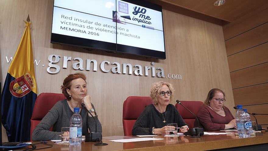 María Nebot (c) en la presentación de la memoria de los servicios prestados durante el año 2016 por la Red Insular de Atención a Víctimas de Violencia Machista en Gran Canaria