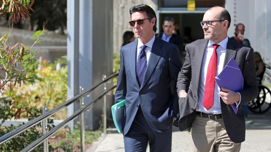 José Manuel Soria, acompañado de su abogado Nicolás González-Cuéllar a la salida de la Ciudad de la Justicia