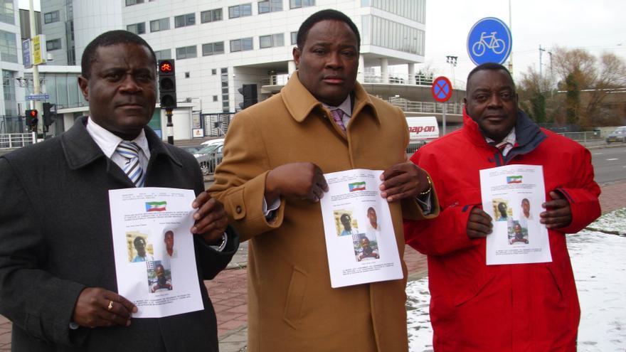 En el centro, Gabriel Nsé Obiang Obono.