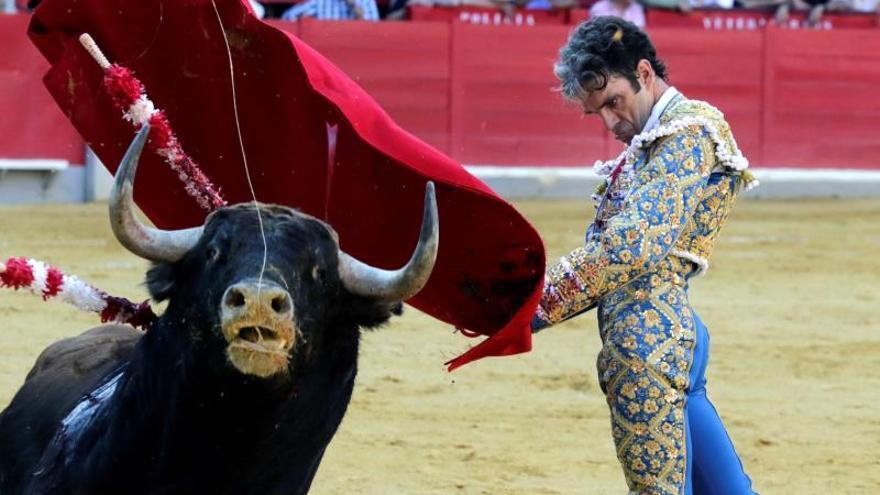 José Tomás dona un vestido de torear para luchar contra el hambre infantil