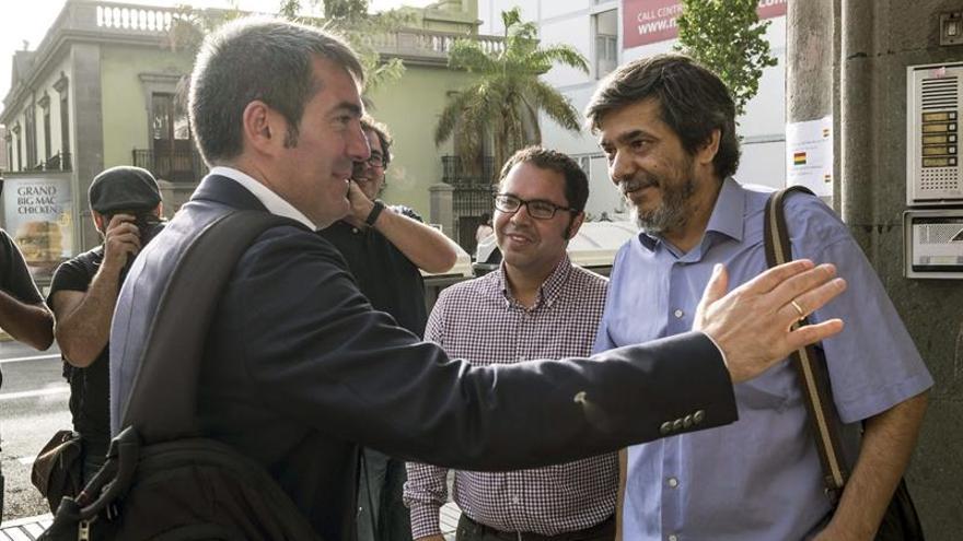 El presidente del Gobierno de Canarias, Fernando Clavijo (i), saluda a los secretarios de UGT y CCOO en las islas, Gustavo Santana (c) y Carmelo Jorge (d), respectivamente, con quienes mantuvo hoy una reunión en la sede de ambos sindicatos en Las Palmas de Gran Canaria. EFE/Ángel Medina G.