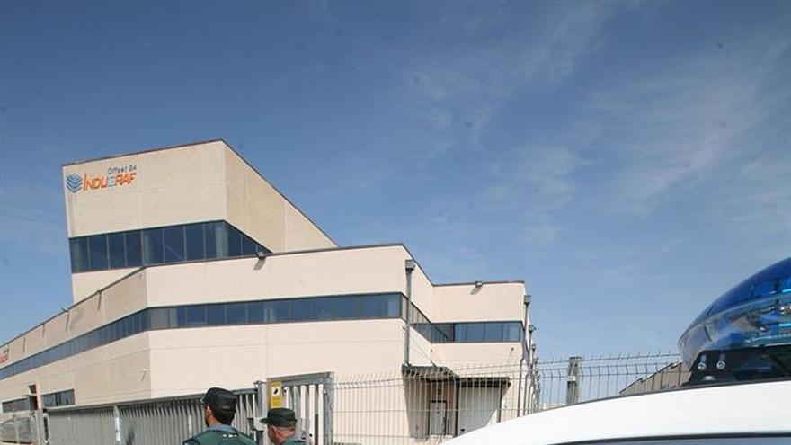 Agentes de la Guardia Civil entran en la imprenta de Constantí por el 1-O