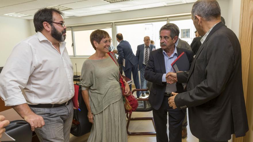 Miguel Ángel Revilla a la entrada a la reunión con los agentes sociales de Cantabria. | Miguel López
