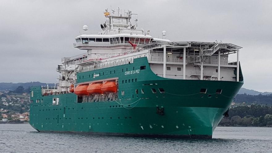 El buque 'Cerro de la Pez' parte de la ría de Ferrol
