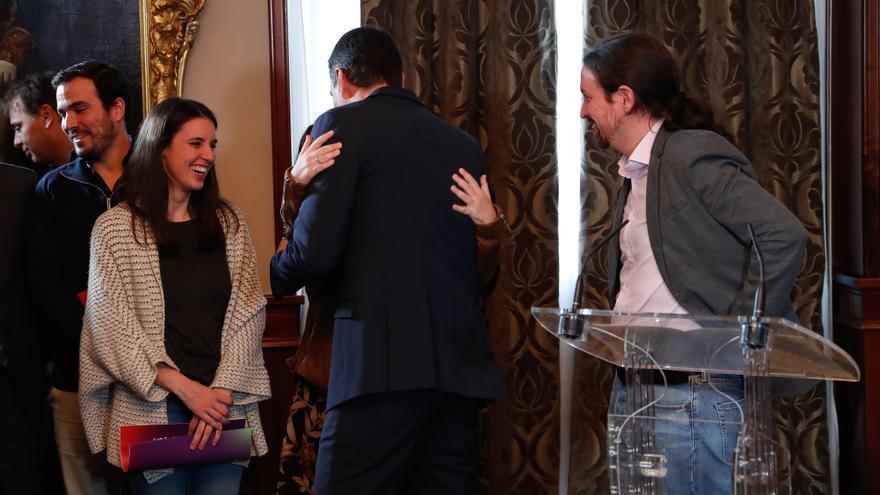 Pedro Sánchez besa a Adriana Lastra después de la firma de su acuerdo con Pablo Iglesias.