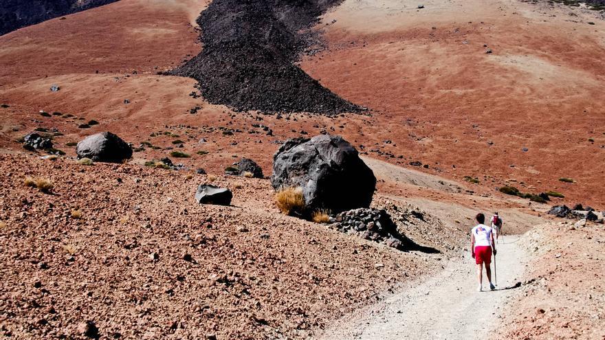 La pista de Montaña Blanca pasa junto a los Huevos del Teide. VIAJAR AHORA