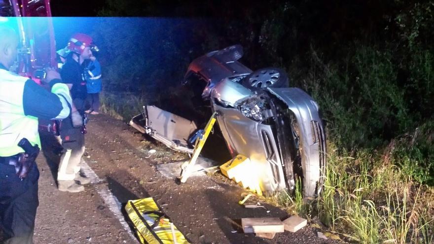 Fallece un conductor tras invadir el carril contrario y volcar en Santa María de Cayón