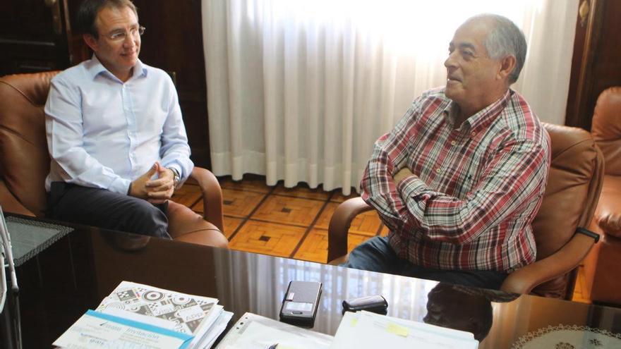 Sergio Rodríguez (i) y Gerardo Hernández durante la reunión.
