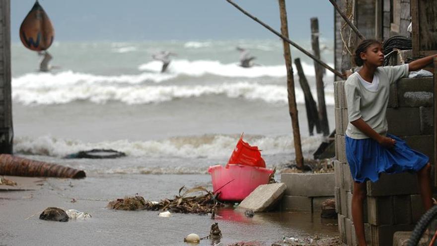 Costa Rica urge a suspender las actividades turísticas por el huracán Otto
