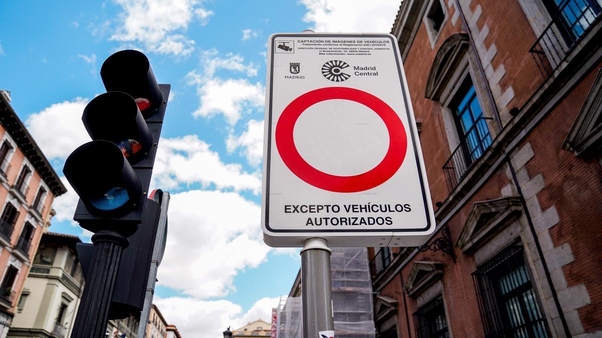 Señal que marca el perímetro de Madrid Central en la ciudad.