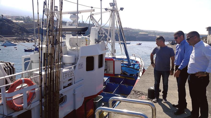 Narvay Quintero, consejero de Pesca, y Abel Morales, viceconsejero, en una visita reciente a un puerto pesquero local