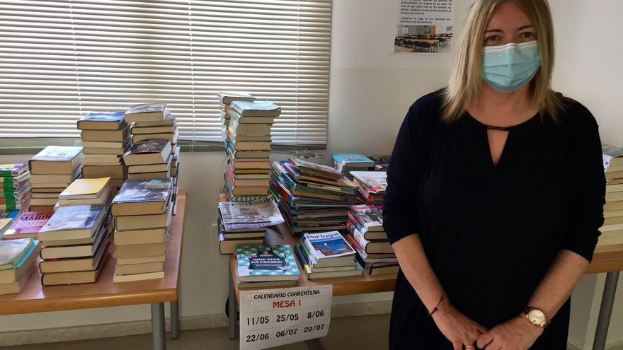María José Gómez en el espacio destinado al aislamiento de los libros