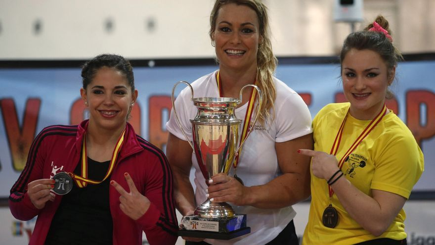 Lydia Valentín posa orgullosa con el trofeo que la acredita como campeona.