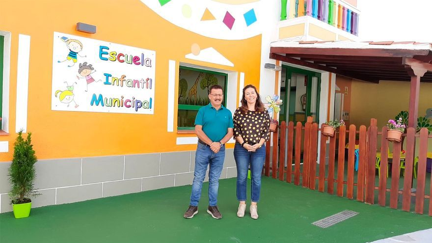 Gregorio Alonso y Sara Santos en la escuela.