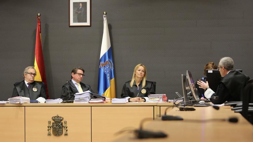 El juez Salvador Alba (C) y los magistrados Carlos Vielba y Oscarina Naranjo en el juicio por el caso Faycán.