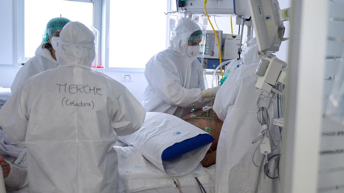 Personal sanitario del Hospital Valdecilla de Santander atiende a enfermos con coronavirus en una de las UCI-Covid.