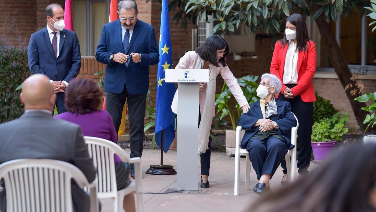 Araceli Hidalgo fue la primera de España en recibir la primera dosis de la vacuna contra el coronavirus