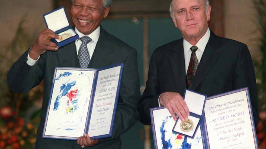 Mandela posa junto al expresidente F.W. de Klerk, ambos galardonados con el Premio Nobel de la Paz en 1993 / GTRES