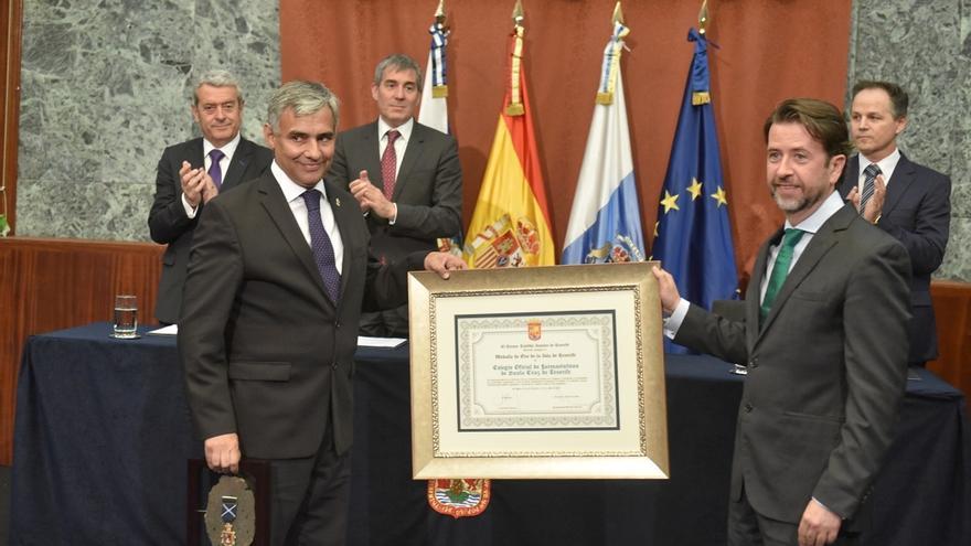 Momento de la entrega de la distinción, este martes en la sede del Cabildo
