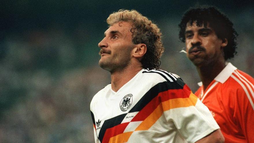 Rikjaard escupió a Voeller en 1990