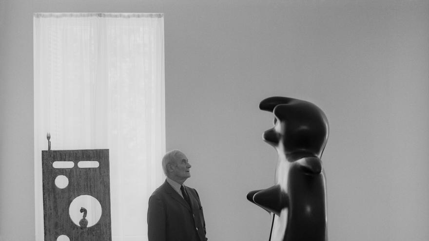 Joan Miró junto a su obra 'Femme Monument', París 1970. Foto: Catalá-Roca