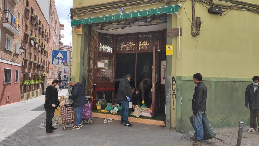 Reparto de alimentos de la asociación Valiente Bangla en Madrid.