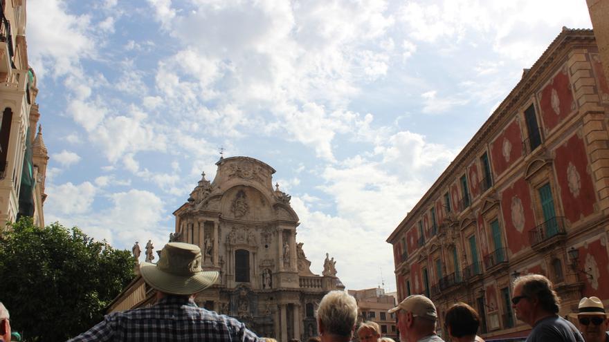Turistas en la plaza del Cardenal Belluga, en Murcia / PSS