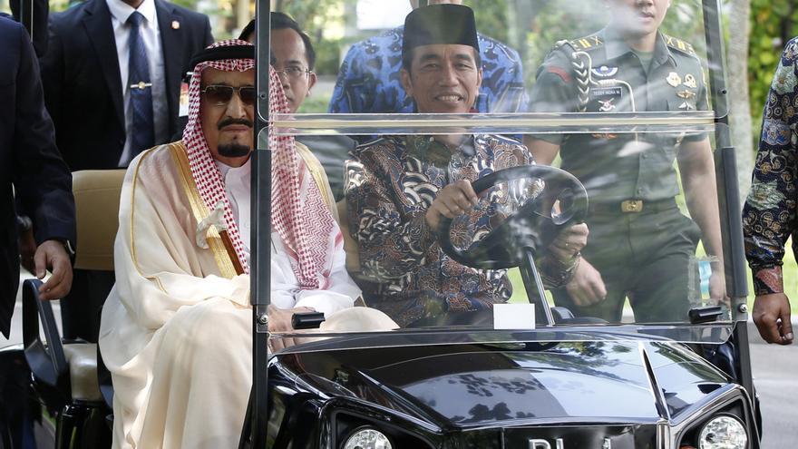 El rey saudí Salmán junto al presidente indonesio, Joko Widodo, en la visita del primero a Yakarta en marzo.
