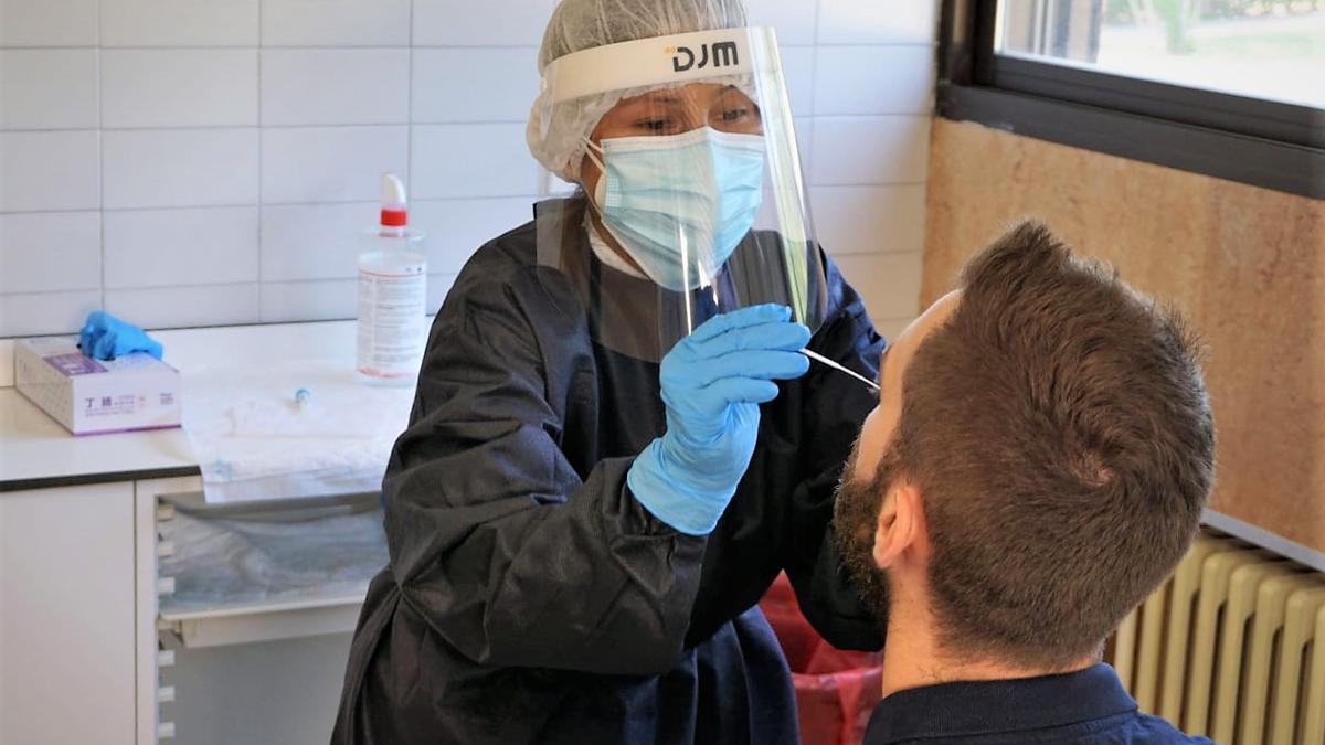 Una sanitaria realiza una prueba PCR en el hospital Reina Sofía de Tudela