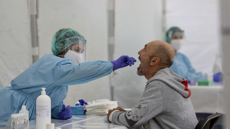 Una sanitaria realiza una prueba a un vecino de la localidad de Ordizia, afectada por un brote de coronavirus
