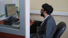 Clérigos asesoran por teléfono o internet a los iraníes más píos sobre una gran variedad de asuntos personales en el Centro Nacional de Respuesta a Preguntas Religiosas de la ciudad de Qom (Irán).
