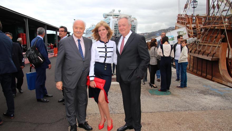 Carmen Concepción junto a Ricardo Melchior (i) y Manuel Santana Arozena.