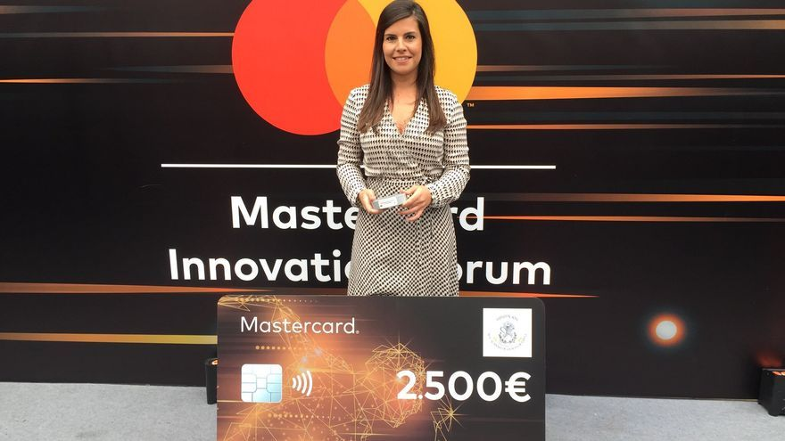 Ana Fraile posa con el Premio al Talento Joven Femenino que otorga la Fundación de la Real Academia de las Ciencias