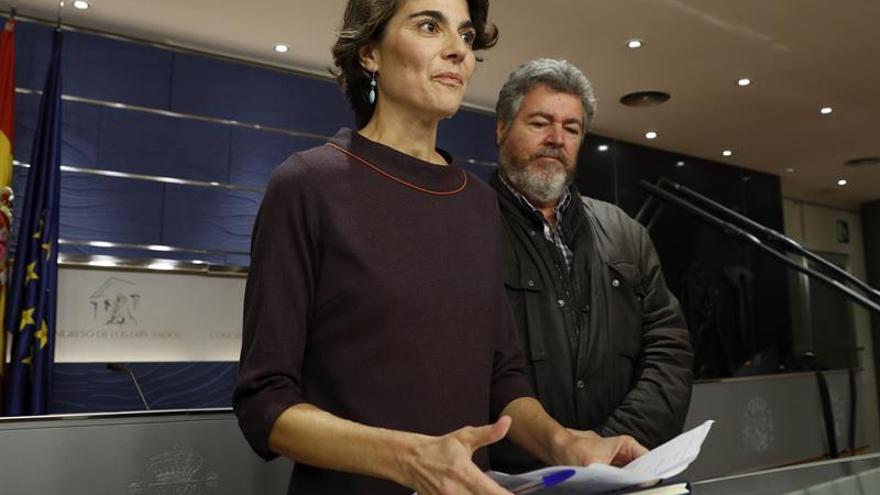 Rosa Martínez y Juan López de Uralde antes de una comparecencia en el Congreso en 2016.