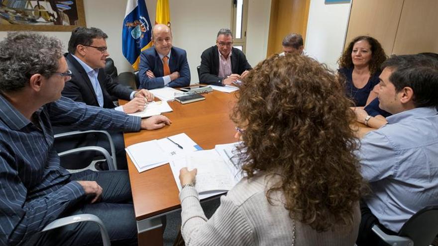 El consejero de Economía, Industria, Comercio y Conocimiento de la comunidad autónoma, Pedro Ortega (3i), se reunió con representantes del comité de huelga del Instituto Tecnológico de Canarias (ITC). EFE/Ángel Medina G.