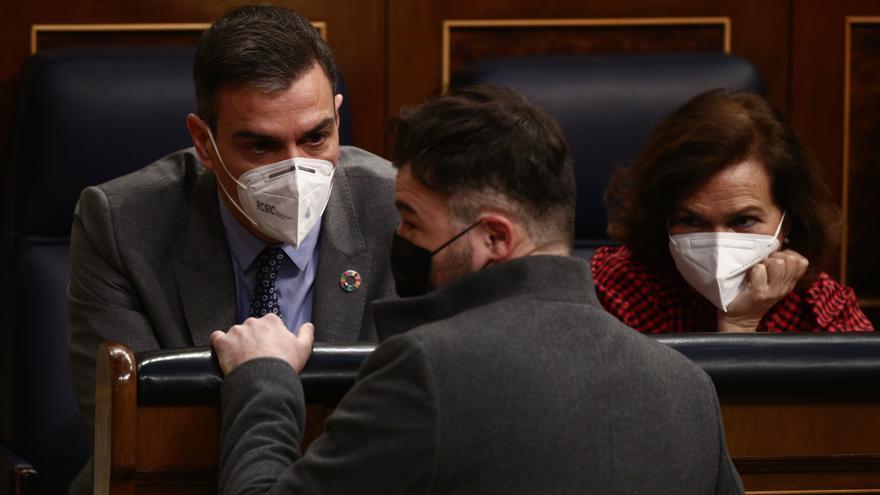 Pedro Sánchez, Gabriel Rufián y Carmen Calvo conversan durante una sesión de Control al Gobierno