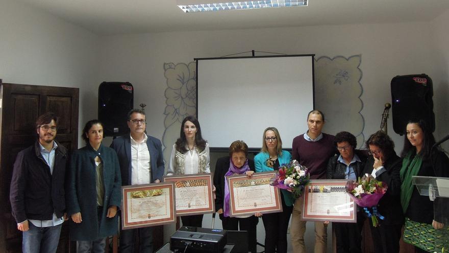 En la imagen, algunas de las mujeres homenajeadas con las autoridades.