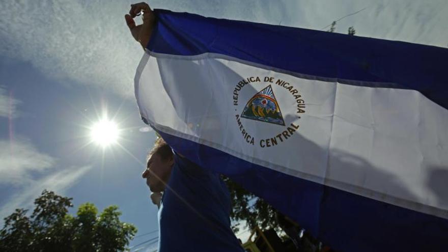 La Policía arrebata la bandera de Nicaragua a un joven que la ondeaba en la vía pública