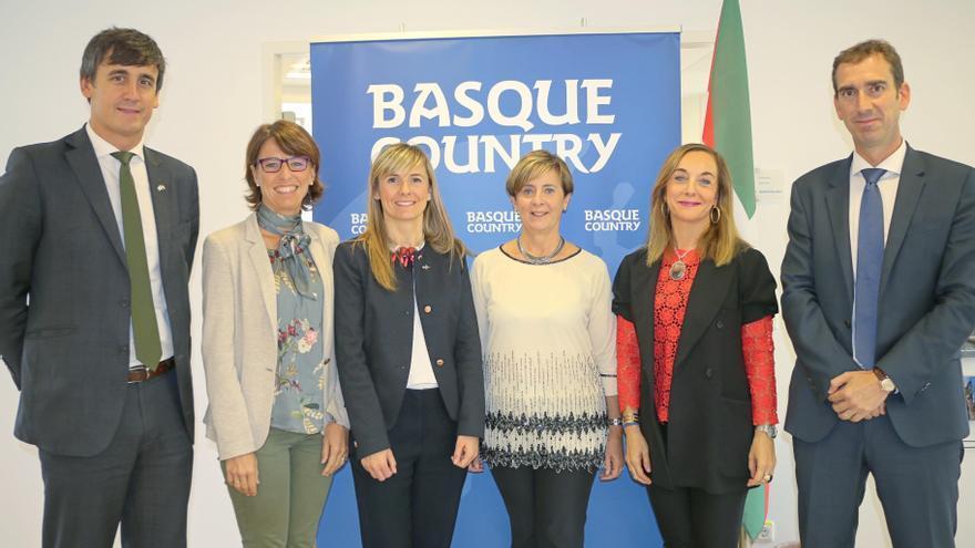 Los integrantes de la nueva oficina de la SPRI de Munich junto a la consejera Tapia.