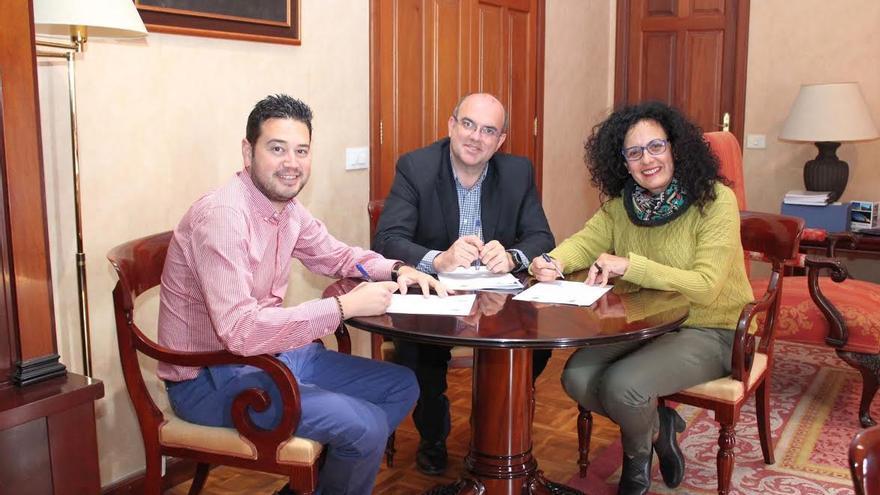 En la imagen, el alcalde de Barloveno, el presidente del Cabildo y la consejera de Medio Ambiente, en acto de firma del convenio.